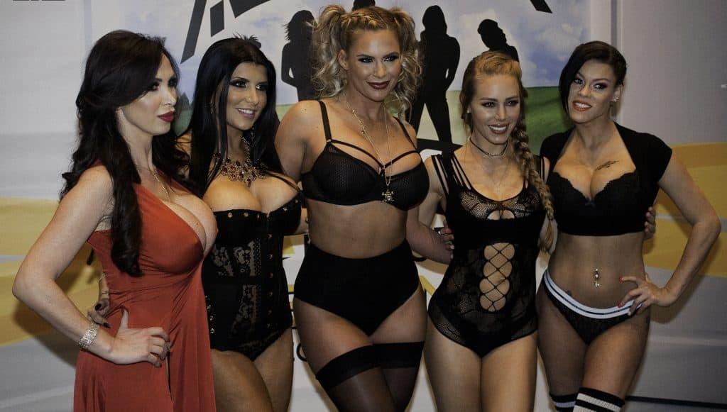 Nicole_Aniston,_Nikki_Benz,_Phoenix_Marie,_Peta_Jensen_&_Romi_Rain_at_AVN_Adult_Entertainment_Expo_(25664431405)