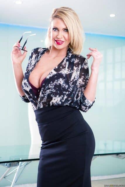 Top curvy and thick pornstars XXXBios - Hottest curvy and thick pornstar Leigh Darby porn pics sfw